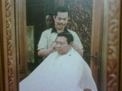 Foto Agus saat sedang memangkas rambut Presiden keenam RI 19c2c48301
