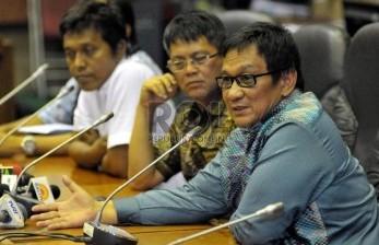 Anggota DPR Fraksi Hanura Inas Nasrullah Zubir (kanan), Anggota DPR Fraksi PDIP Adian Napitupulu (kiri), Anggota DPR Partai NasDem Teuku Taufiqulhadi (tengah)memberikan keterangan pers di gedung DPR RI komplek parlemen, Senayan, Jakarta (20/11).