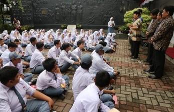 Anggota DPR RI Dapil 2 DKI Jakarta Hidayat Nurwahid, mengajak siswa-siswi SMAIT Said Naum, Tanah Abang, mengunjungi Museum Sumpah Pemuda, Jakarta, Selasa (7/11).