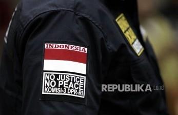 Anggota Komisi III Junimar Girsang mengenakan seragam Komisi III usai mengikuti Rapat kerja Komisi III dengan Jaksa Agung HM Prasetyo di Kompleks Parlemen, Jakarta, Selasa (1/2).