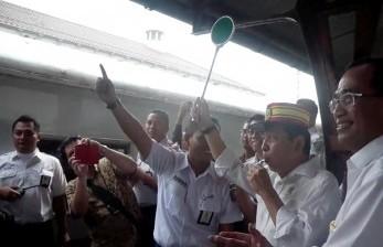 Ketua DPR RI Setya Novanto bersama menteri perhubungan, Budi Karya saat melepas mudik lebaran 2017 di stasiun Pasar Senen, Jakarta.
