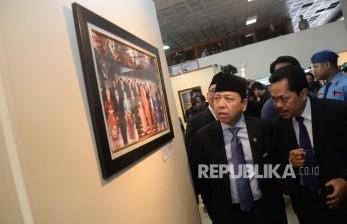 Ketua DPR Setya Novanto (kedua kanan) mengamati karya foto yang dipamerkan pada pameran foto Warna-Warni Parlemen di Komplek Parlemen, Senayan, Jakarta, Selasa (29/8).