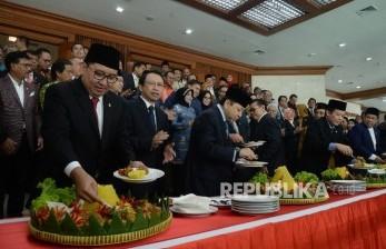 Ketua DPR Setya Novanto (tengah) didampingi wakil ketua DPR, mantan ketua DPR, dan anggota DPR memotong tumpeng seusai paripurna di Kompleks Parlemen, Senayan, Jakarta, Selasa (29/8).