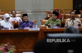 Ketua Komisi Yudisial (KY) Aidul Fitriciada Azhari (kedua kiri), didampingi komisioner KY saat mengikuti Rapat Dengar Pendapat (RDP) dengan Komisi III DPR di Kompleks Parlemen, Senayan, Jakarta, Selasa (29/8).