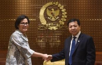 Menteri Keuangan Sri Mulyani (kiri) berjabat tangan dengan Ketua DPR Setya Novanto (kanan) sebelum pertemuan tertutup di Kompleks Parlemen, Senayan, Jakarta, Kamis (19/10).
