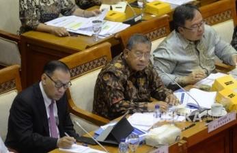 Menteri Koordinator Bidang Perekonomian Darmin Nasution (tengah), Kepala Bappenas Bambang Brodjonegoro (kanan), Gubernur BI Agus Martowardojo (kiri) mengikuti rapat kerja (raker) bersama Komisi XI Dewan Perwakilan Rakyat (DPR) di Kompleks Parlemen, Senayan, Jakarta, Senin (10/7).