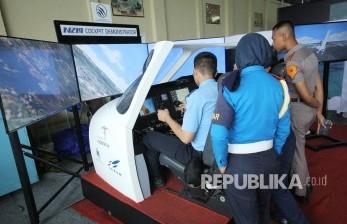 Pengunjung mencoba simulator pesawat N219 Cockpit Demonstrator buatan PT DI dan LAPAN saat acara Bandung Air Show 2017 di kawasan Lanud Husein Sastranegara, Kota Bandung, Kamis (9/11).