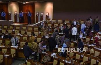 Sejumlah anggota DPR yang menolak hak angket KPK melakukan 'walk out' saat Rapat Paripurna DPR di Kompleks Parlemen, Senayan, Jakarta, Jumat (28/4).
