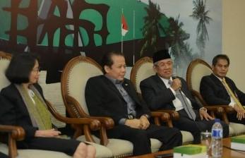 Sekretaris Jenderal DPR Achmad Djuned (berpeci) saat menggelar konferensi pers usai pelantikannya sebagai Sekjen DPR.