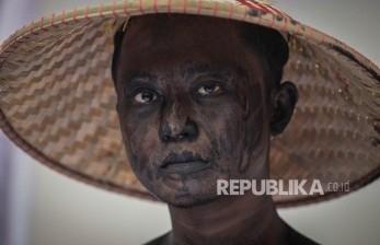 Seorang petani melakukan aksi di Silang Monas, Jakarta, Selasa (27/9).