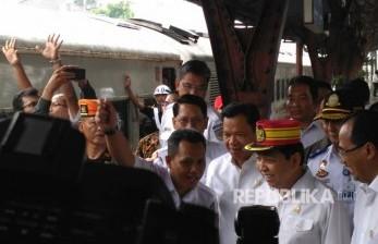 Setya Novanto dan Menhub meninjau aktivitas perjalanan kereta Kerta Jaya (rangkaian panjang) tujuan Surabaya di Stasiun Senen, Kamis (22/6).