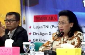 Wakil Ketua Umum DPD RI Gusti Kanjeng Ratu Hemas (kanan)
