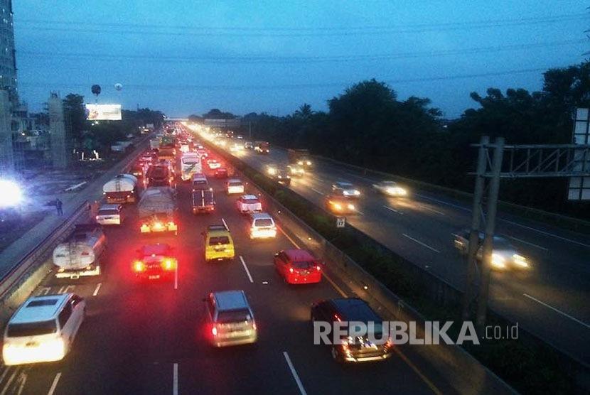 Jalan tol Jakarta-Cikampek KM 17 arah Cikampek terpantau padat jelang libur panjang pada Kamis (13/4).