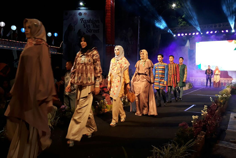 Para model berlenggak-lenggok di acara Fashion On The Street 2017 di Jalan Pejanggik, Kota Mataram, NTB, pada Kamis (14/9) malam. Para model menyuguhkan kreasi busana islami yang disambut antusias warga Mataram.