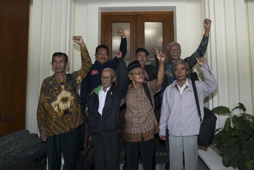 (dari kanan, baris depan) Legini, Saunar Ahmad, Kusnendar, Sudarno, (baris belakang) Bedjo Untung, Zubaidiah Hasan, Handoyo yang merupakan anggota dari Yayasan Penelitian Korban Pembunuhan (YPKP) 1965/1966 usai bertemu dengan Menkopolhukam di Kemenkopolhuk