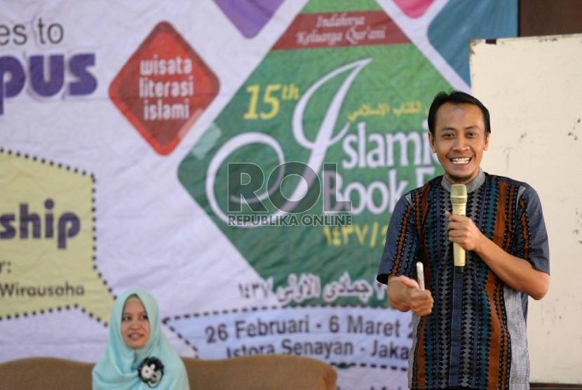 (dari kanan) CEO Properti Syariah Rosyid Azis bersama CEO Khanz Hijab Bogor Juwita Karo Karo menjadi pembicara dalam CEO Talk di Kamus Ibnu Khaldun, Bogor, Jawa Barat, Kamis (26/11).