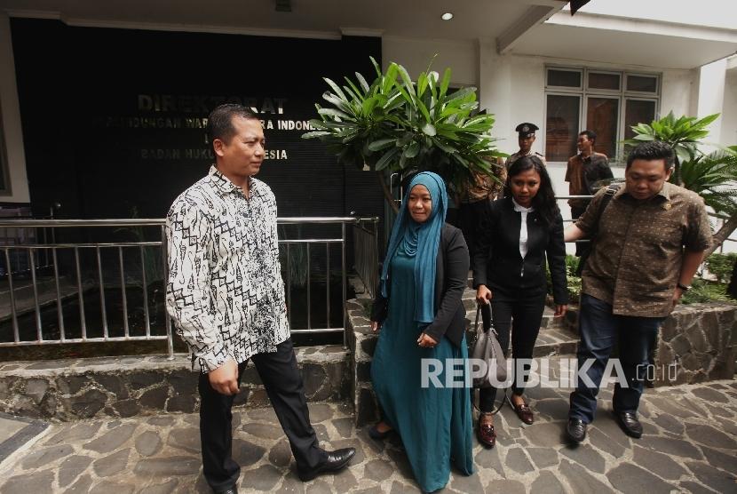 Direktur Perlindungan WNI dan Badan Hukum Indonesia (PWNI dan BHI) Lalu Muhammad Iqbal (kiri).