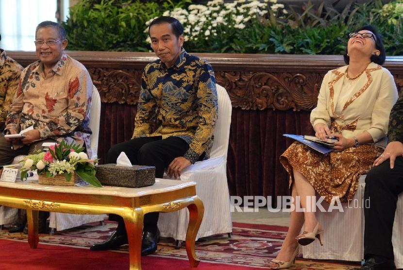 (dari kiri) Menko Prekonomian Darmin Nasution, Presiden Joko Widodo, dan Menteri Keuangan Sri Mulyani saat acara pengarahan Presiden kepada pejabat eselon I, II dan II Ditjen Pajak, Kementerian Keuangan di Istana Negara, Jakarta, Kamis (28/7). (Republika/W