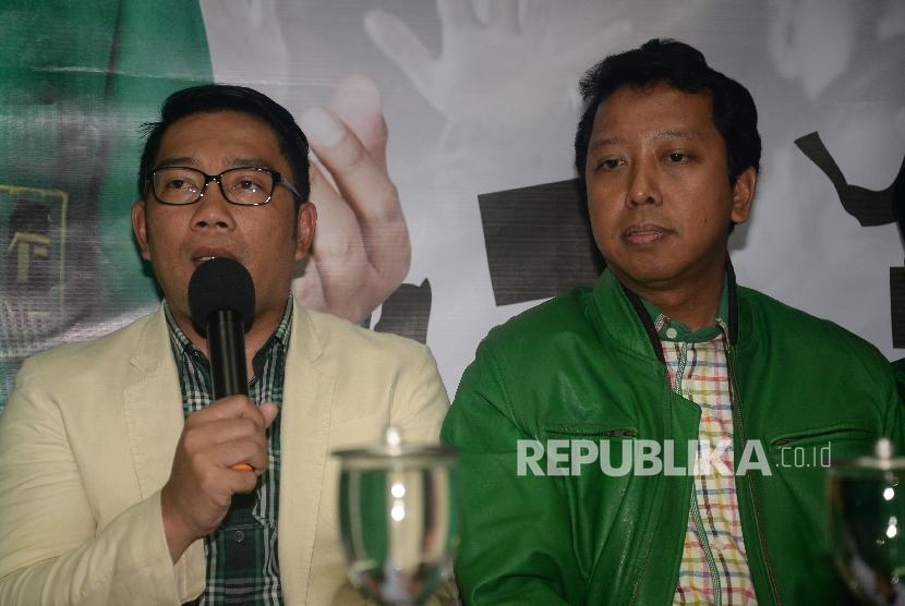 (dari kiri) Sekjen PPP Arsul Sani, Walikota Bandung Ridwan Kamil dan Ketua PPP Romahurmuziy mengangkat tangan pada acara deklarasi cagub dan cawagub Jabar di Kantor DPP PPP, Jakarta, Selasa (24/10).