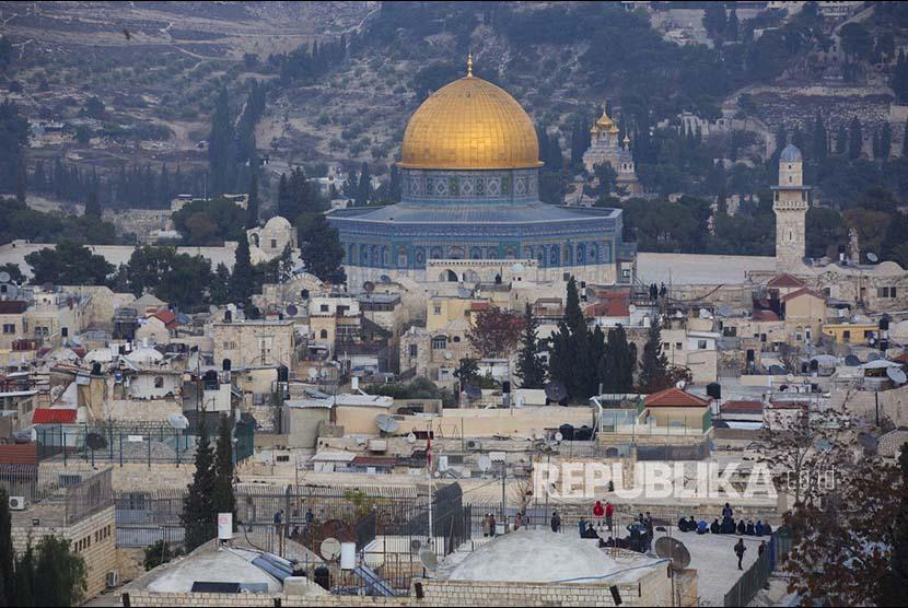 Suasana Dome of The Rock di kompleks Al Aqsa, Yerusalem, Palestina beberapa waktu lalu. Pejabat senior Pemerintahan Trump mengabarkan Trump akan mengakui Yerusalem sebagai ibukota Israel dan memindahkan kedutaan besarnya ke kota tua ini.