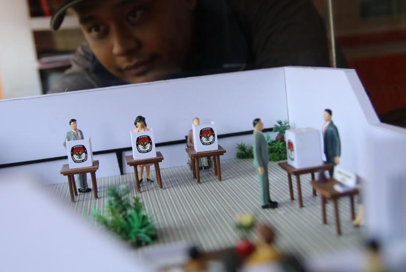 [Ilustras] Pengunjung mengamati maket alur penggunaan hak suara pada pemilihan kepala daerah (pilkada) di Kantor Komisi Pemilihan Umum, Kediri, Jawa Timur, Rabu (20/9).