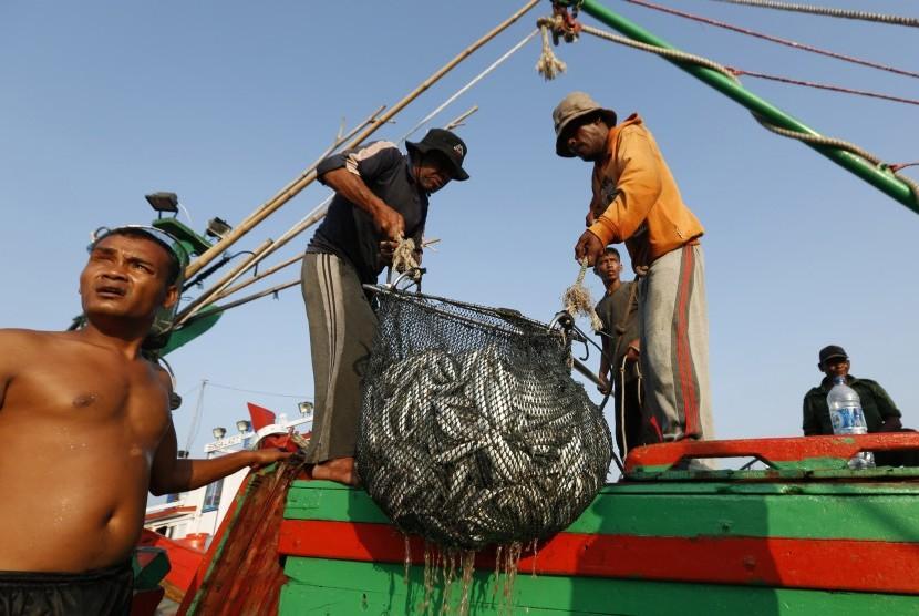 [ilustrasi] Aktivitas nelayan saat bongkar muat hasil tangkapan ikan laut di Pelabuhan Banda Aceh, pada Maret 2016.