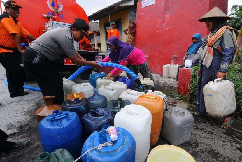 [ilustrasi] Sejumlah warga antre mengisi air ketika mendapatkan bantuan air bersih di lereng gunung Merapi, Tegalmulyo, Kemalang, Klaten, Jawa Tengah, Kamis (14/9).