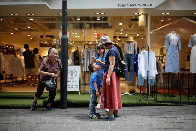 (Ilustrasi) Seorang ibu memegang wajah anaknya yang menangis ketika berbelanja di Seoul, Korea Selatan.