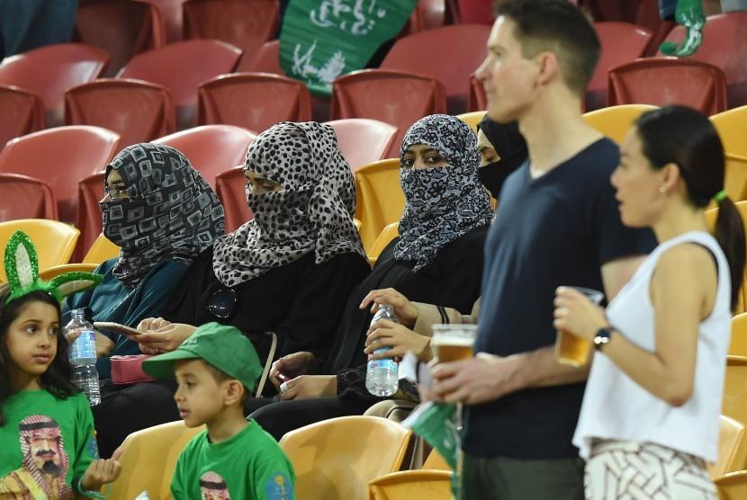 Arab Saudi mengenakan cadar menonton laga sepak bola di dalam stadion