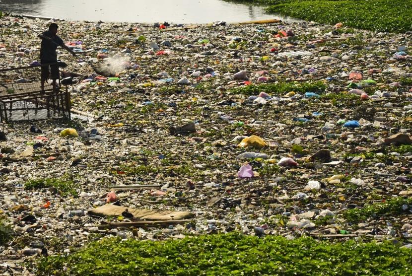 [ilustrasi] Warga mencari sampah plastik yang menumpuk di muara sungai Jangkuk, Ampenan, Mataram, NTB, Senin (2/10). Intensitas hujan di Mataram mulai meninggi dan berpotensi mendatangkan bencana banjir.