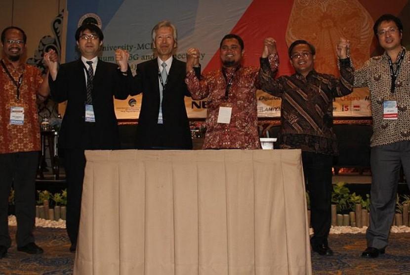 .       Ketua Forum 5G Jepang Prof. Susumu Yoshida (ketiga dari kiri) dan Ketua Forum 5G Indonesia Dr Sigit Puspita Wigadi Jarot (ketiga dari kanan) berkomitmen saling bantu dalam menghadapi belantara teknologi 5G. Nota kesepahaman antar keduanya ditandata