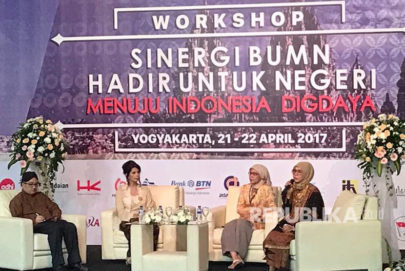 (ki-ka) Suryopratomo, Ammalia E Maulana, Desi Arryani dan Dwie Aroem dalam seminar bertajuk Sinergi BUMN Hadir Untuk Negeri Menuju Indonesia Digdaya yang diselenggarakan dalam rangkaian HUT BUMN Bersama di Yogyakarta, Jumat (21/4).