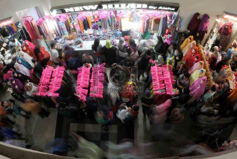 Pedagang pakaian, seperti di Tanah Abang, tak selalu mendapatkan keuntungan tetap dan terukur. Ada beberapa kiat yang bisa dilakukan pemilik penghasilan tidak tetap untuk mengatur keuangan lebarannya.
