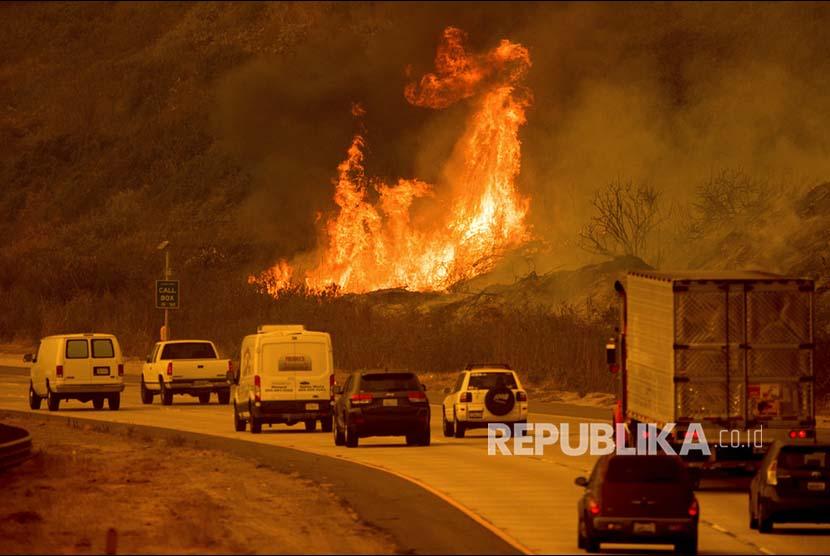 'Thomas Fire' (kebakaran yang melanda California) 'menyeberangi' jalan  Ventura, California, Amerika Serikat.