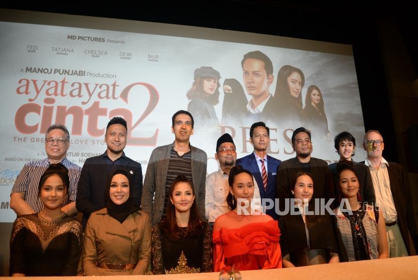 Penulis Habibburachman El Shirazy (tengah0, Produser Film Manoj Punjabi (ketiga kiri), dan pemeran berfoto usai peluncuran Film Ayat-Ayat Cinta 2 di Jakarta, Rabu (6/12).
