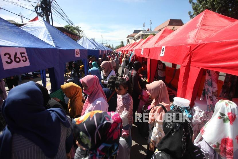 Suasana warga yang melihat-lihat pakaian distan pedagang kaki lima (PKL) di Kawasan Tanah Abang, Jakarta, Senin (25/12).