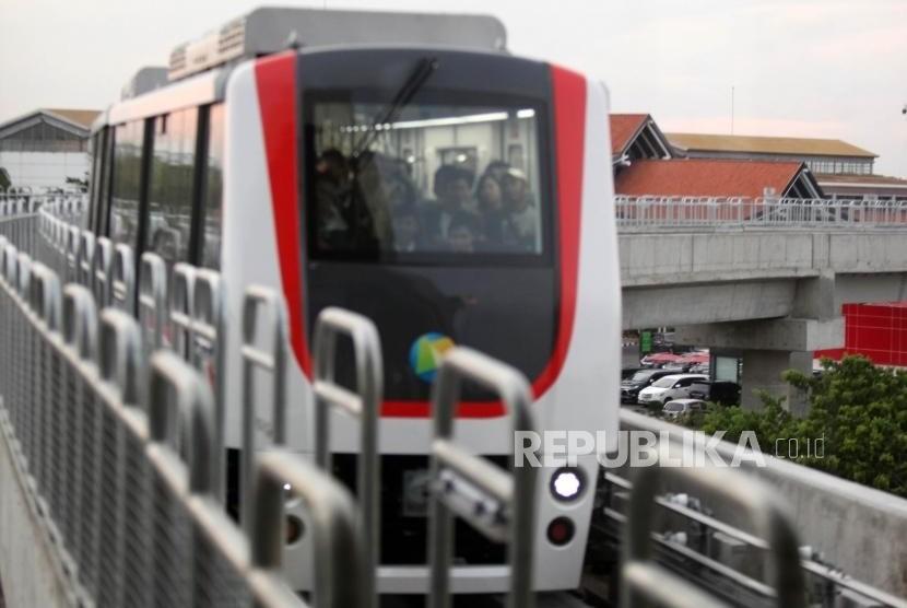Skytrain melintas di terminal 1 Bandara Soekarno-Hatta, Jakarta, Selasa (26/12).