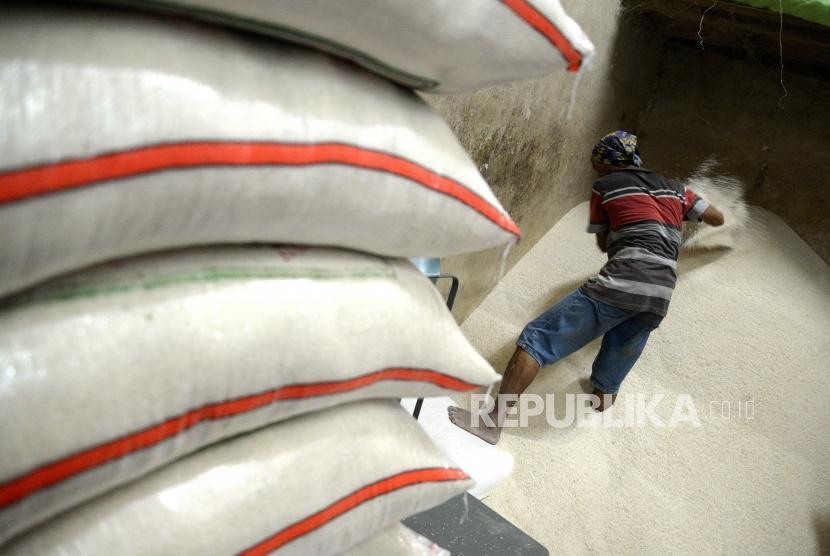 Harga Beras Masih Tinggi. Pekerja memindahkan beras di Pasar Induk Beras Cipinang, Jakarta.