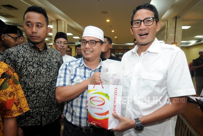 Wakil Gubernur DKI Jakarta Sandiaga Uno menerima cinderamata usai mengikuti donor darah pada acara Festival Republik 2017 di Masjid At- Tin, Jakarta, Ahad (31/12).