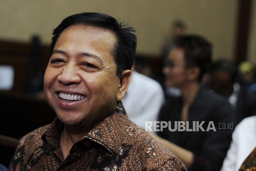 Tersenyum. Terdakwa kasus tindak pidanda korupsi KTP Elektronik Setya Novanto tersenyum saat menunggu  di ruangan persidangan untuk mengikuti sidang lanjutan di Pengadilan tindak pidana korupsi, Jakarta, Kamis (18/1).