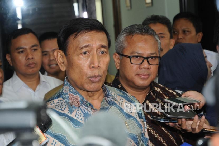 Menteri Koordinator Politik Hukum dan Keamanan Wiranto (kiri)