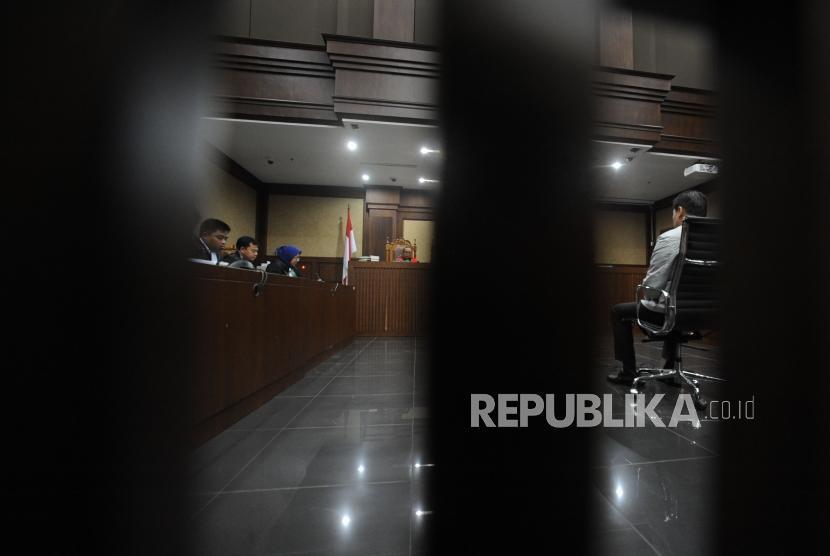 Terdakwa tindak pidana korupsi kasus KTP Elektronik Andi Agustinus alias Andi Narogong tertunduk saat sidang pembacaan tuntutan di Pengadilan Tipikor, Jakarta, Kamis (07/12).