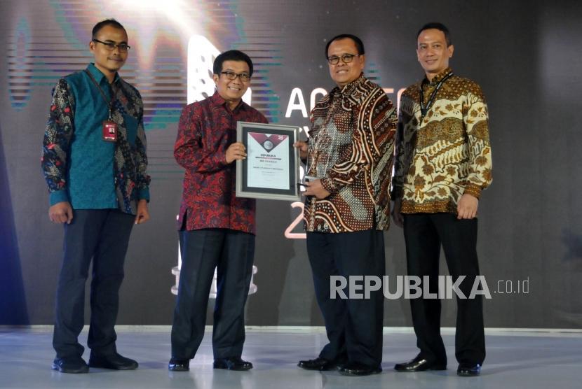 Chairman of Sharia Economic Society Muliaman D. Hadad hands over the trophy of the Most Reliable Sharia Bank to representatives of BRI Syariah in Republika Syariah Award (ASR) 2017, Jakarta, Wednesday (6/12) night.
