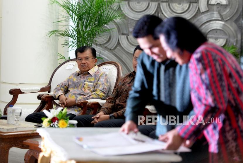 Wakil Presiden  sekaligus Ketua Pengarah Asian Games 2018, Jusuf Kalla (kiri)  menyaksikan penandatangaan kerjasama sponsor Asian Games 2018 di Istana Wapres, Jakarta, Rabu (6/12).