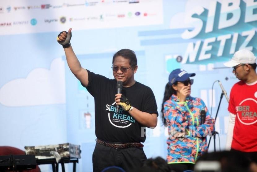 Menkominfo Rudiantara memberikan sambutan saat acara Siberkreasi Netizen Fair 2017 di kawasan CFD, Jalan Sudirman, Jakarta, Ahad (5/11).
