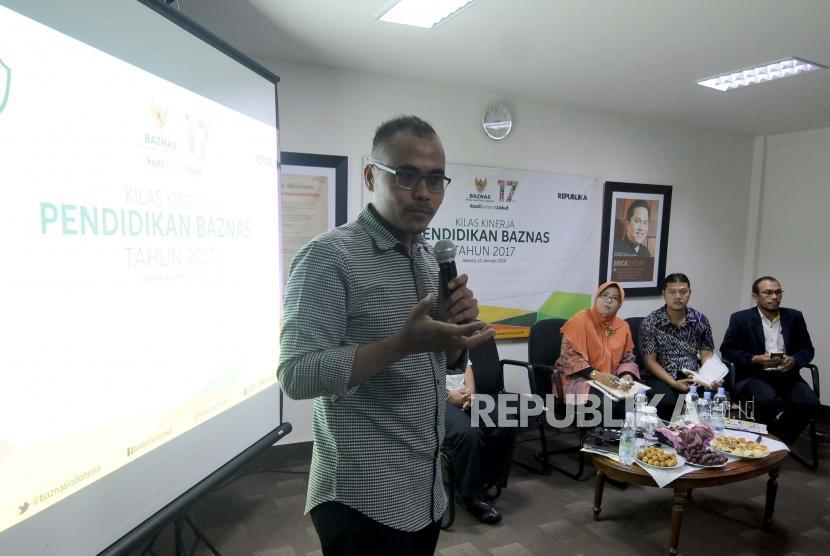Pemimpin Redaksi Republika Irfan Junaidi memberikan paparan saat acara Kilas Kinerja Pendidikan Baznas di Kantor Republika, Jakarta, Kamis (11/1).