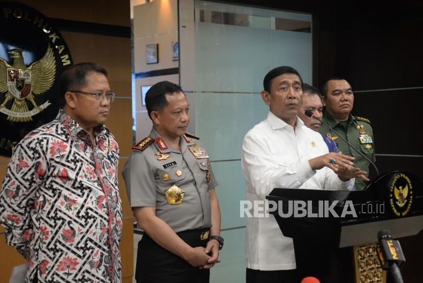 Menkopolhukam Wiranto didampingi dengan Kapolri Jenderal Tito Karnavian dan Menkominfo Rudiantara memberikan keterangan terkait keamanan Papua di Kantor Kemenko Polhukam, Jakarta Pusat, Senin (20/11).