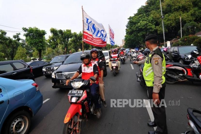 Demo Buruh. Sejumlah massa yang tergabung dalam koalisi buruh melakukan unjuk rasa di depan Balai Kota DKI Jakarta, Selasa (31/10).