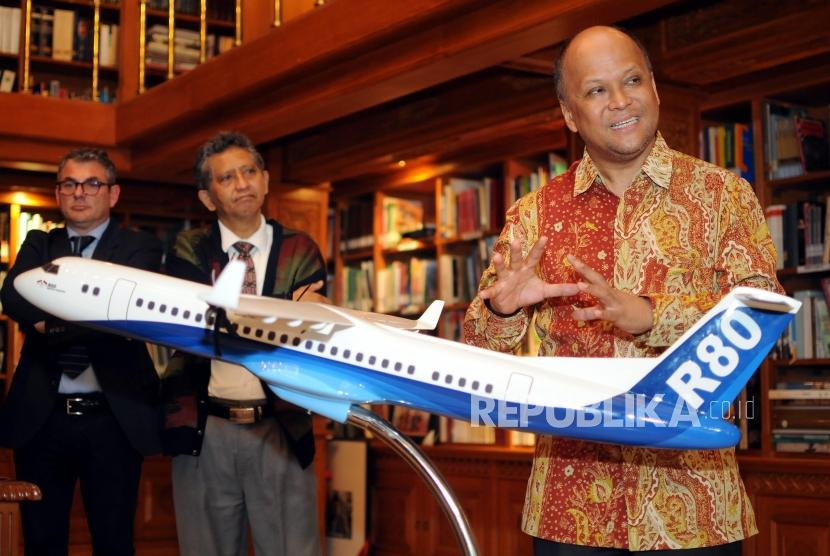 Komisaris PT. Regio Aviasi Industri (RAI) Ilham Akbar Habibie (kanan) memberikan paparan mengenai pesawat R80 di Perpustakaan Habibie-Ainun, Kuningan, Jakarta, Kamis (22/2).