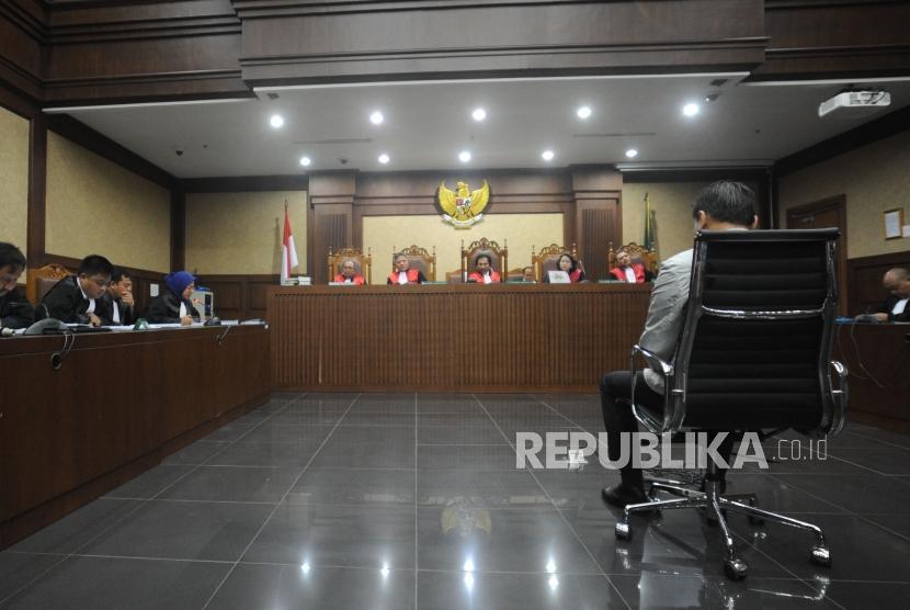 Terdakwa tindak pidana korupsi kasus KTP Elektronik Andi Agustinus alias Andi Narogong tertunduk saat sidang  dengan agenda  pembacaan tuntutan di Pengadilan Tipikor, Jakarta, Kamis (07/12).